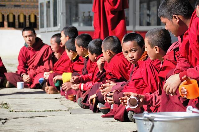 Voyage Bhoutan moines cérémonie
